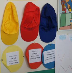 3色の帽子.png